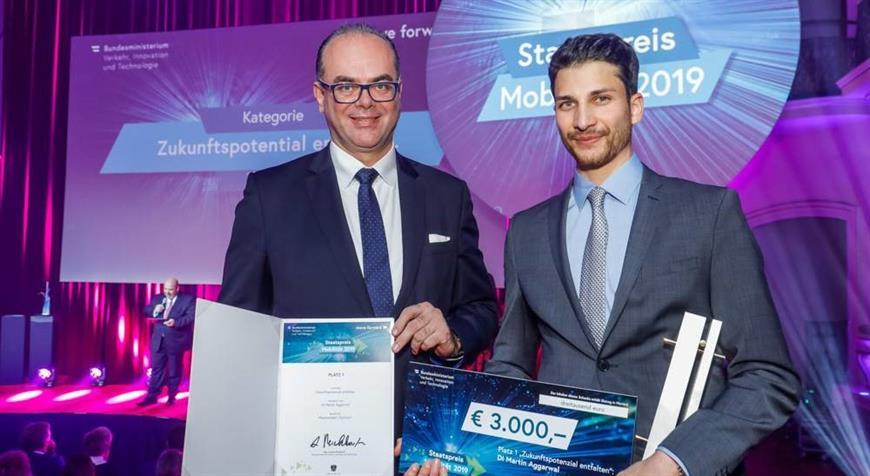 Verkehrsminister Mag. Andreas Reichhardt (links) überreichte DI Martin Aggarwal den Zukunftspreis. ©BMVIT/Husar